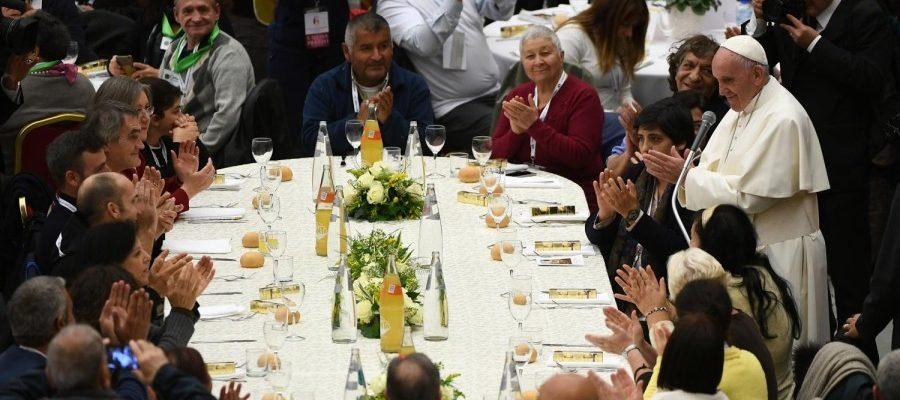 Le Pape François au milieu de ses invités, tel un pauvre parmi les pauvres